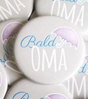 "Button ""Bald Oma"" - blau - 56 mm"